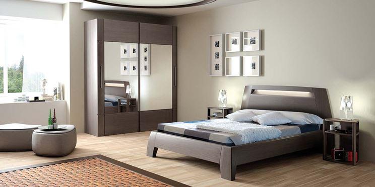 Camera con pareti grigie