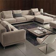 Soggiorno con divani componibili.
