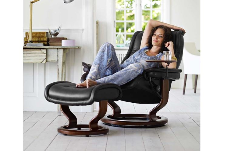 Una poltrona reclinabile con chaise-lounge