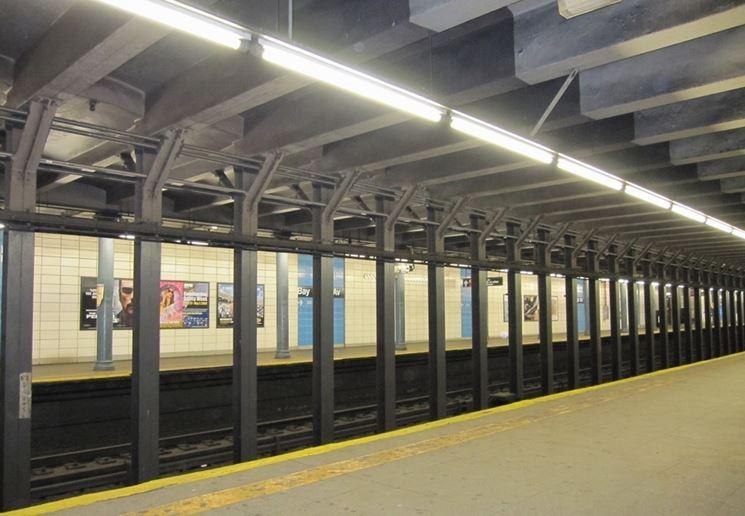 Stazione metropolitana illuminata con neon a led