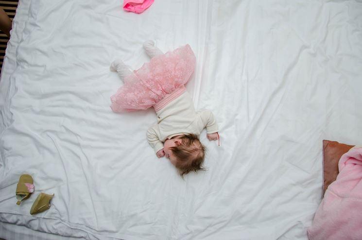 Neonata sul materasso