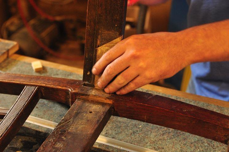 Una fase del restauro legno