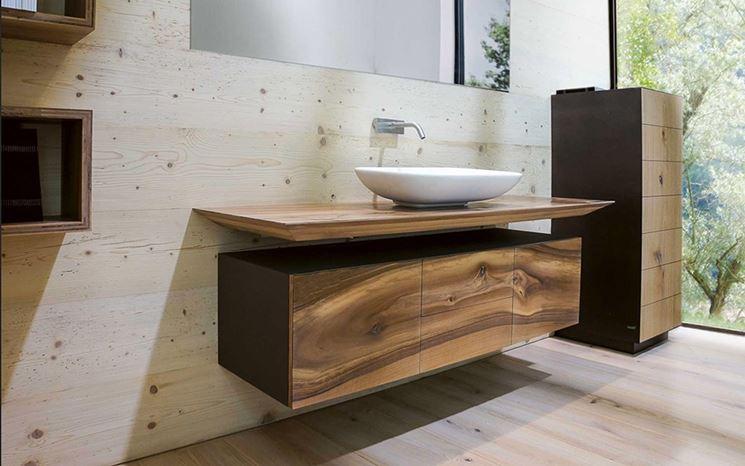 Mobili in legno in bagno