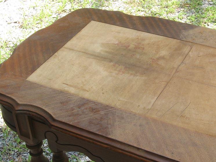 Le parti mancanti del mobile vanno sostituite con legno dello stesso tipo