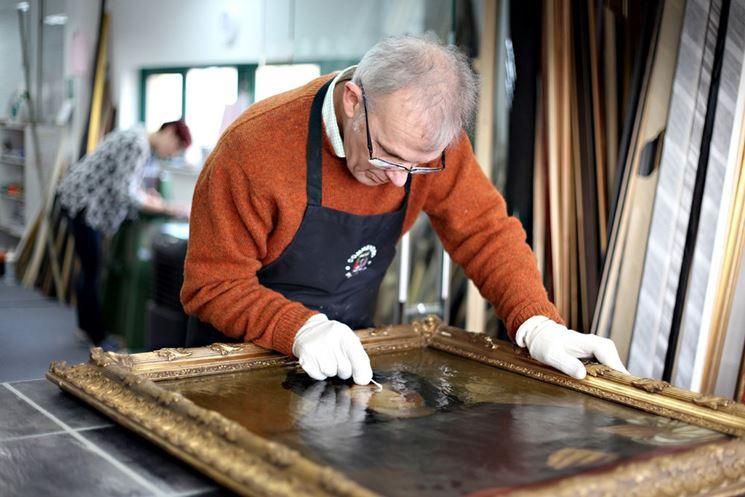 Operazione di restauro pittorico