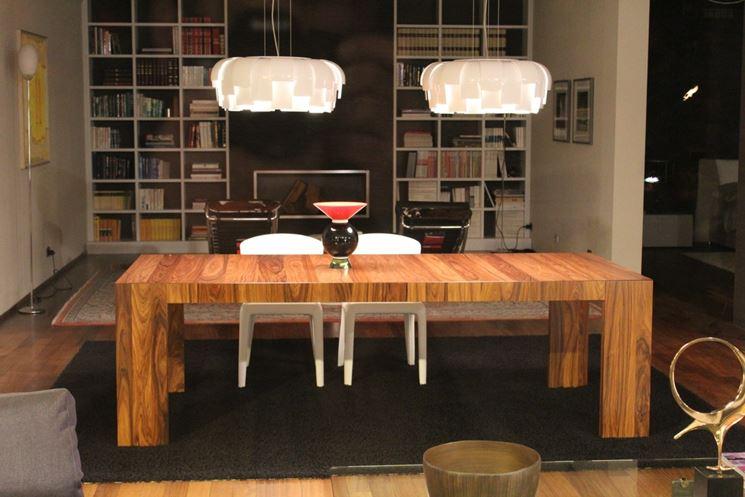 Tavolo in legno per il salotto