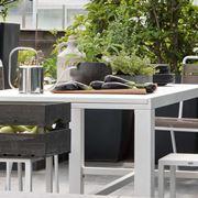 Tavoli da esterno con sedie.