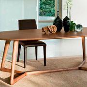 Un tavolo ovale moderno in legno