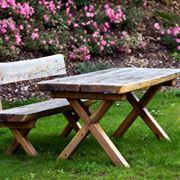 Tavolo per picnic in legno grezzo