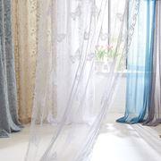 Tende di vari colori, tessuti e spessori.