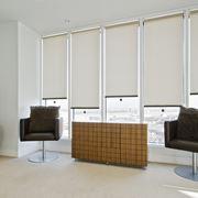 soggiorno moderno con tende a rullo