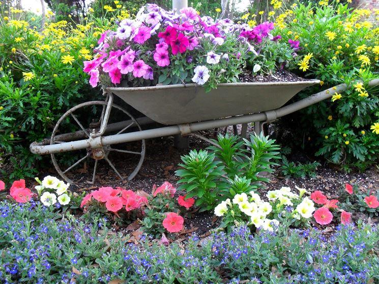 Carriola utilizzata come fioriera