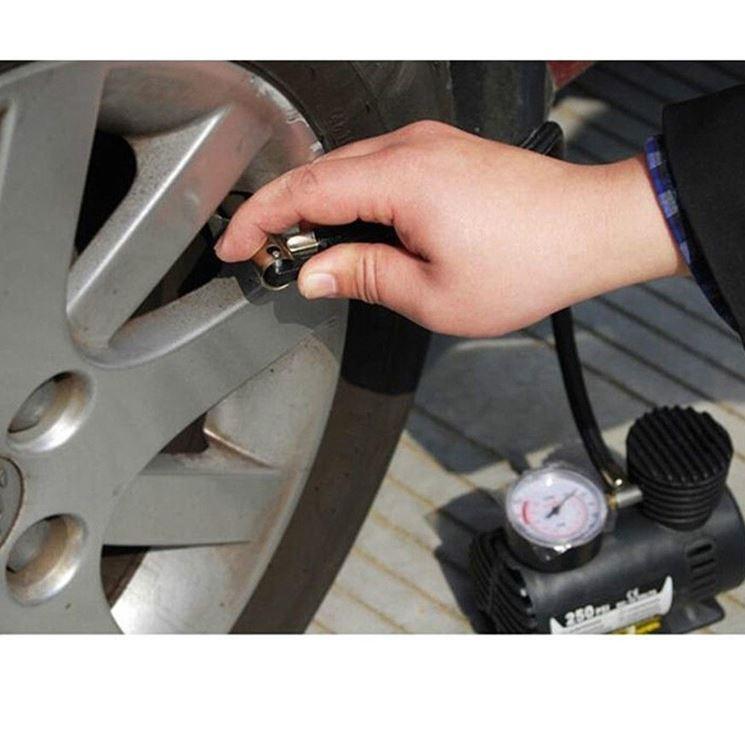 Compressore per gonfiare pneumatici