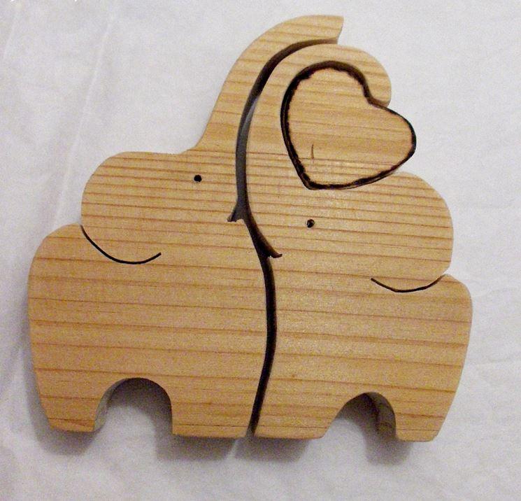 Oggetto in legno realizzato con seghetto alternativo
