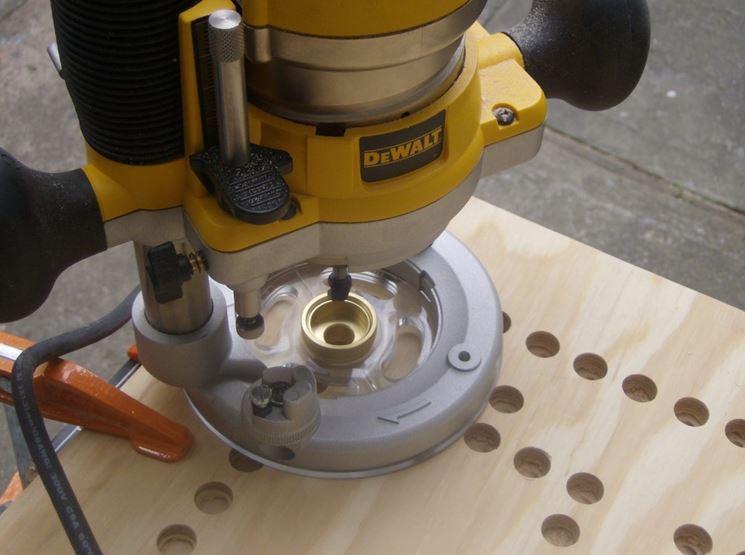 Serie di fori su legno con fresatrice verticale