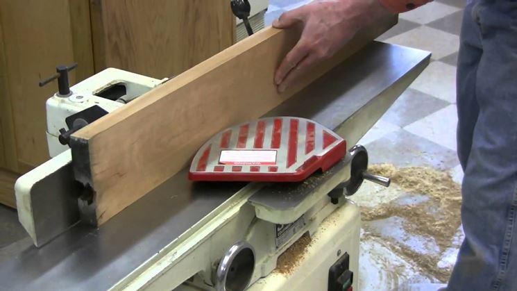 Lavorazione del legno con pialla