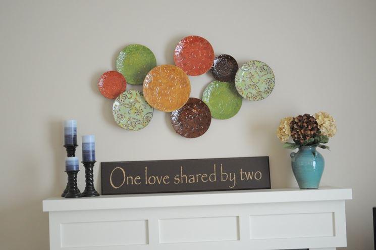 Composizione per parete con piatti decorati