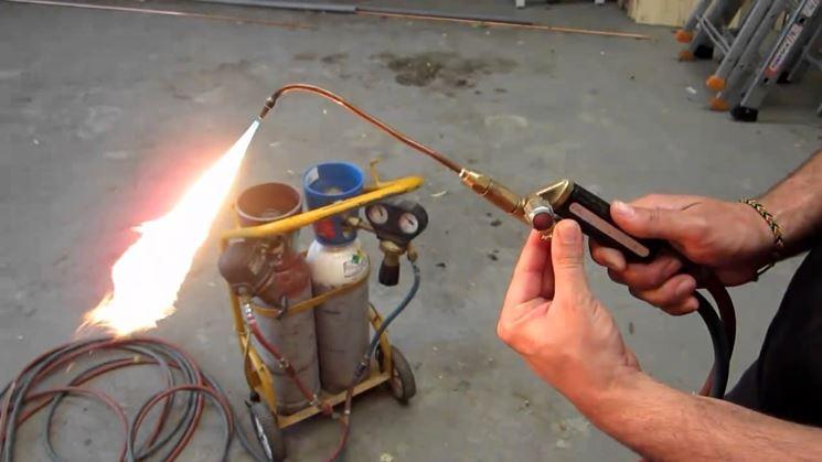 Accensione di un cannello a gas