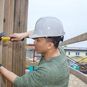 Carpentiere con martello