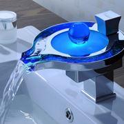 Rubinetto a cascata metallo acqua blu
