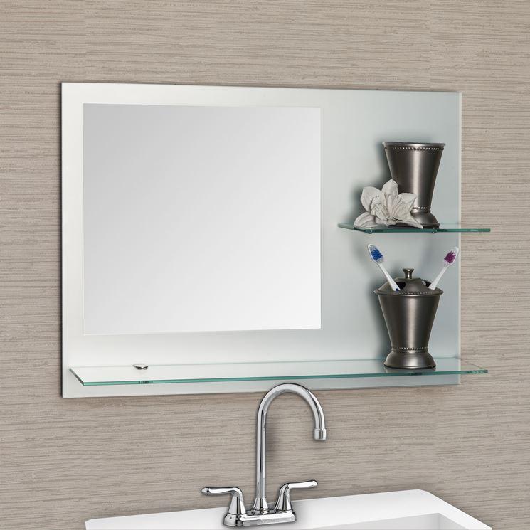 Specchio in bagno con mensola