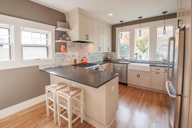 cucina con penisola in marmo
