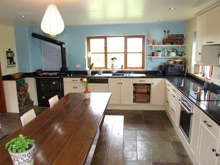 Cucina con finestra sopra il lavandino