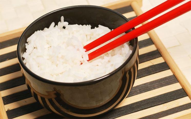 le bacchette cinesi e una ciotola di riso