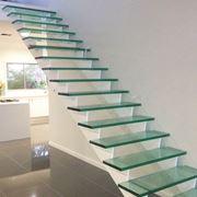 Scala moderna con gradini in vetro