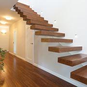 Scala a sbalzo con gradini in legno