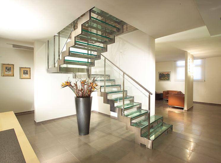 Scala in acciaio con gradini in vetro