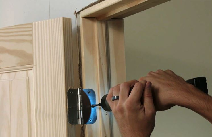 Come installare gli ancoraggi della porta
