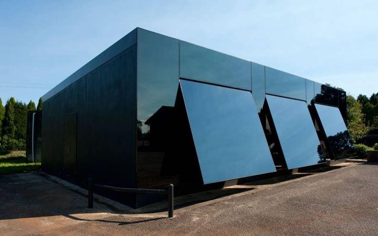 Porte basculanti integrate a edificio moderno