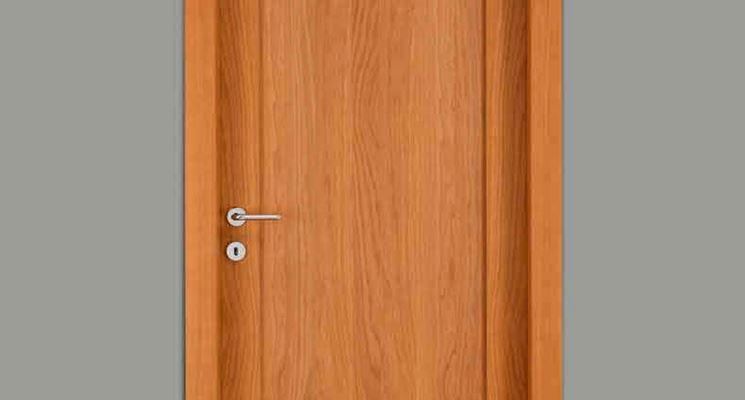 Porta in legno dalle linee semplici