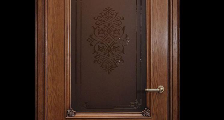 Porta in legno pregiato con dettagli