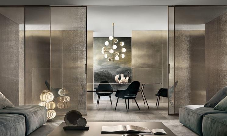 Porte in vetro scorrevoli con rete metallica oro