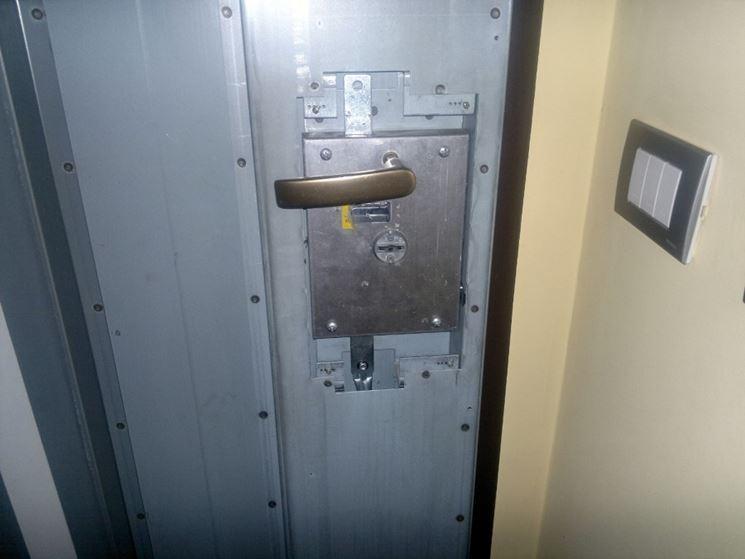 Porta con serratura a doppia mappa
