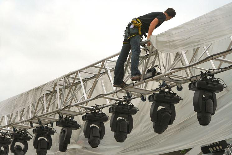 Lavoratore in quota su palco