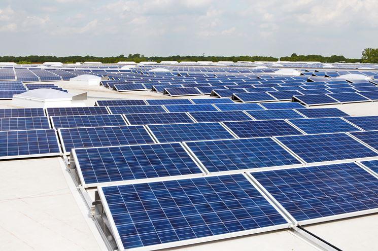 Moduli fotovoltaici in un campo