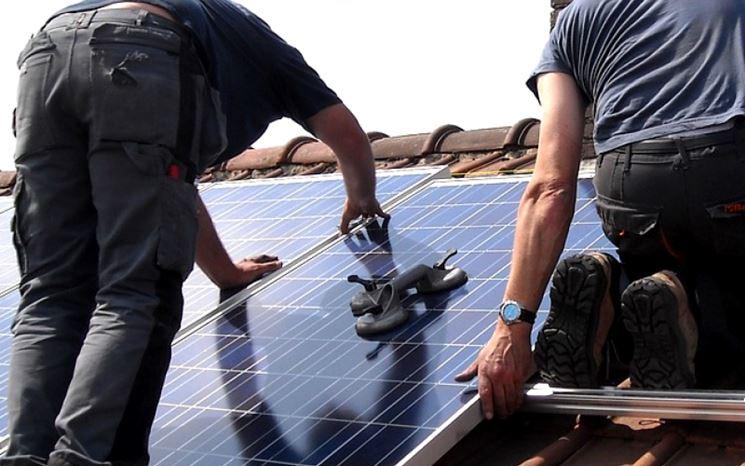 Installatore fotovoltaico a lavoro