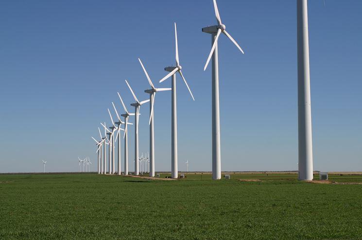 Impianto eolico in una campagna