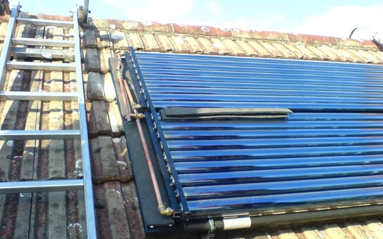Pannelli per acqua calda installati su un tetto