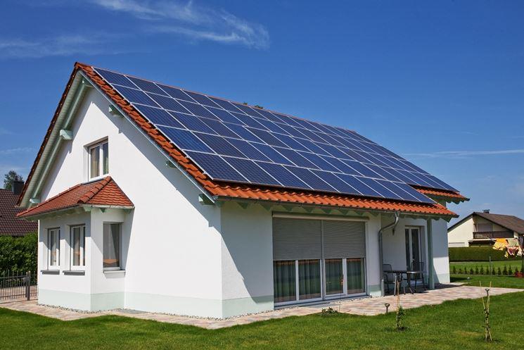 Pannelli solari ibridi installati sul tetto di una villa