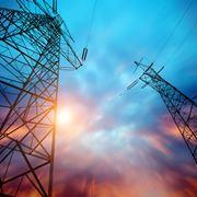 Tralici che trasportano energia elettrica