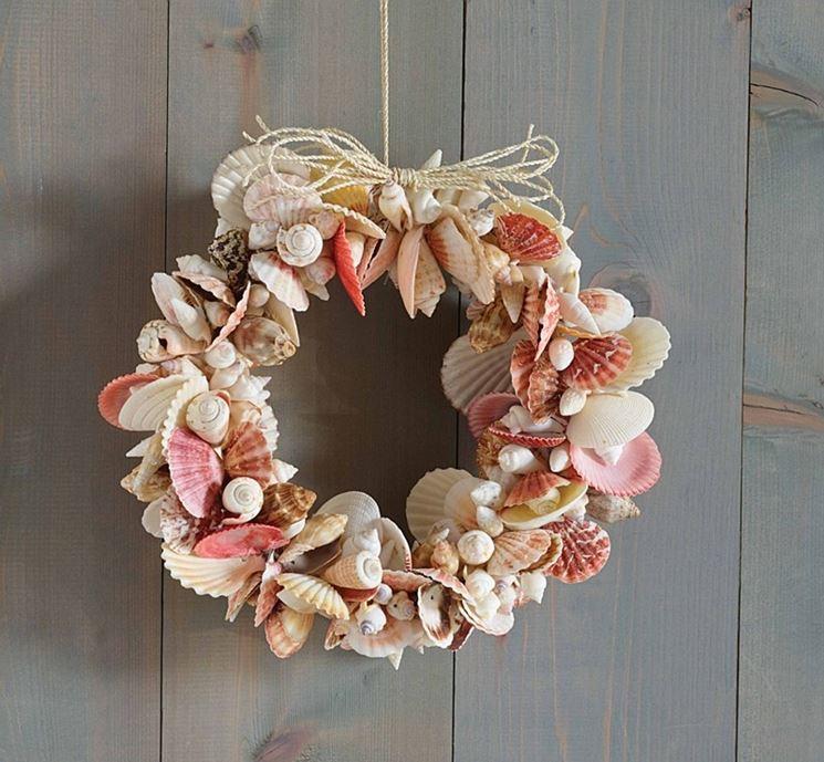 Conchiglie e pietruzze per decorare porte
