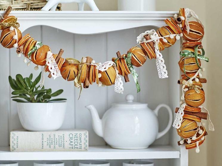 Decori natalizi fai da te come decorare realizzare - Decorazioni con frutta essiccata ...