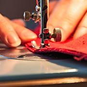 Riparazione con una macchina da cucire