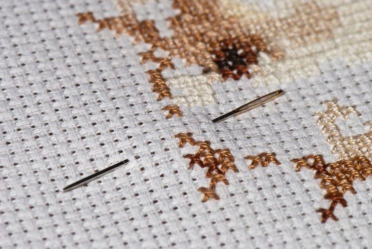Esempio di punto croce realizzato su tela a tramatura regolare
