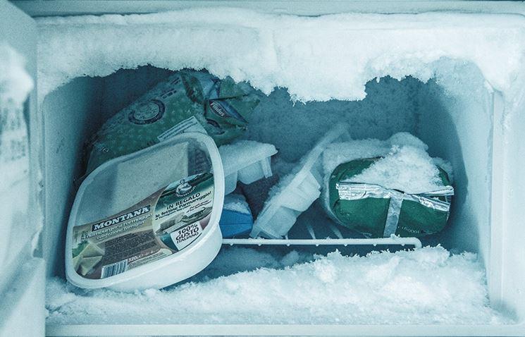 Un freezer invaso dal ghiaccio
