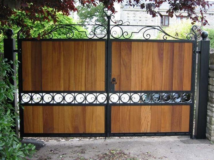 Elegante cancello in legno